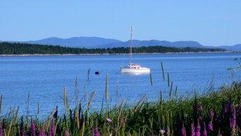 Bateau de plaisance ancré sur le fleuve St-Laurent fonds d'écran gratuits