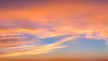 Coucher de soleil tardif faiblissant dans les nuages fonds d'écran gratuits