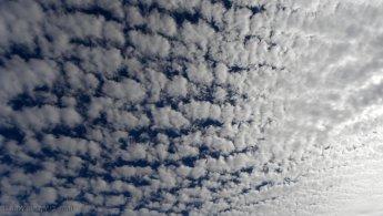 Cloud gradient toward the light desktop wallpapers